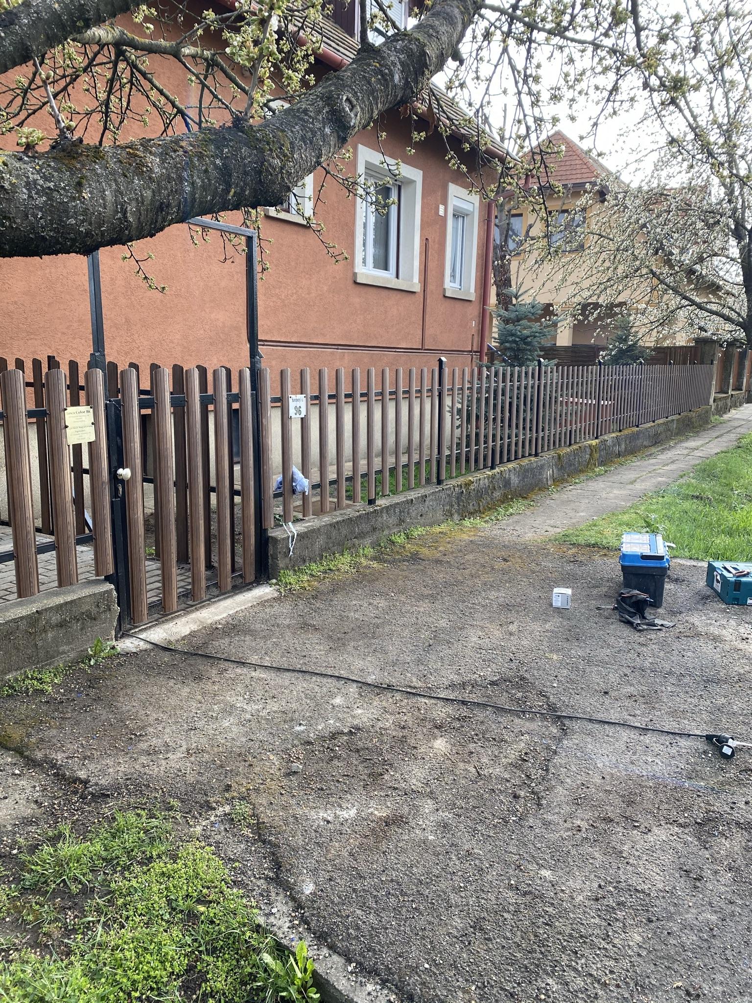 Budakalász kerítés építés lemez pálcából