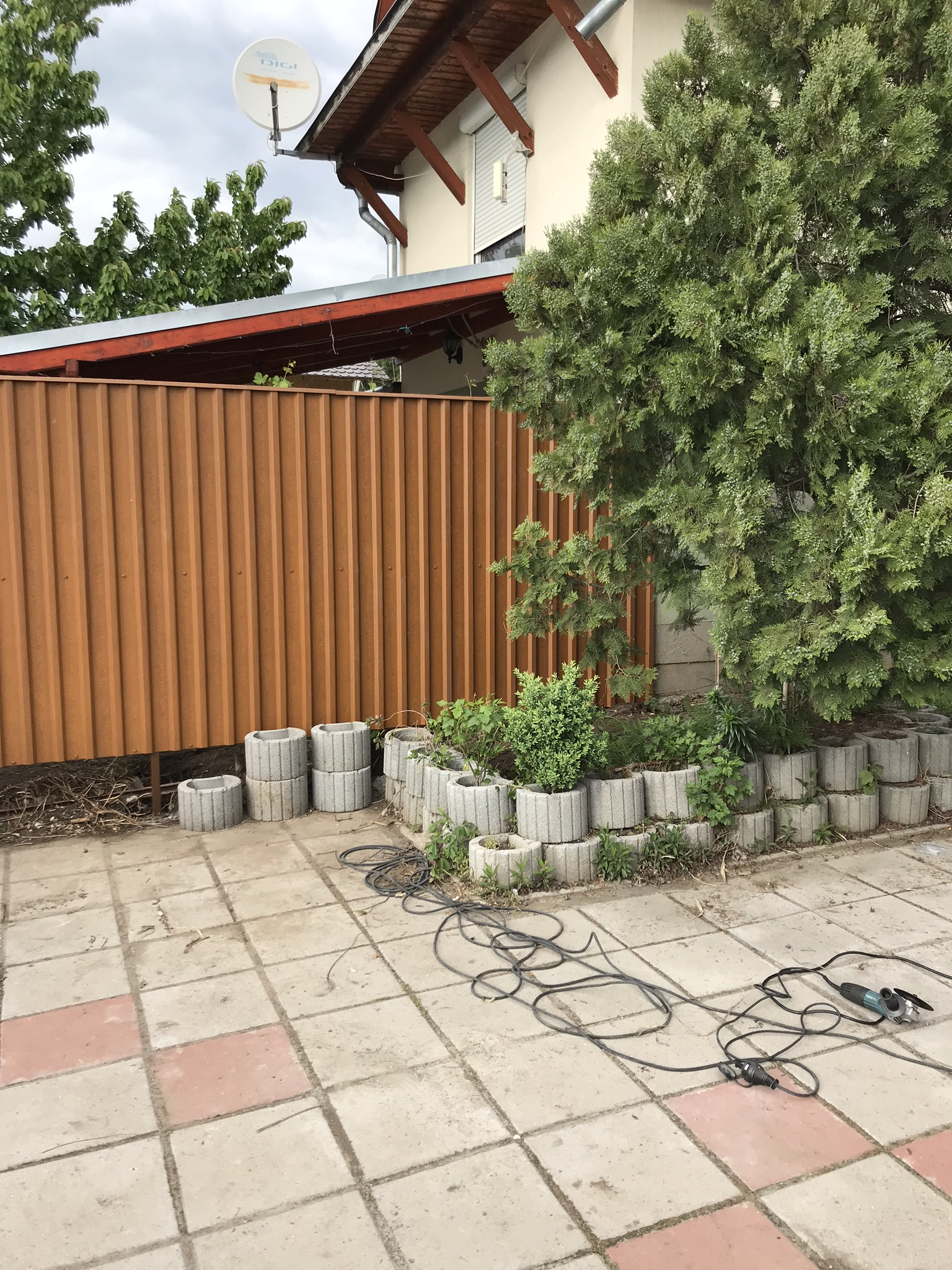 Dunakeszi kerítés építés trapézlemezből Ponty u