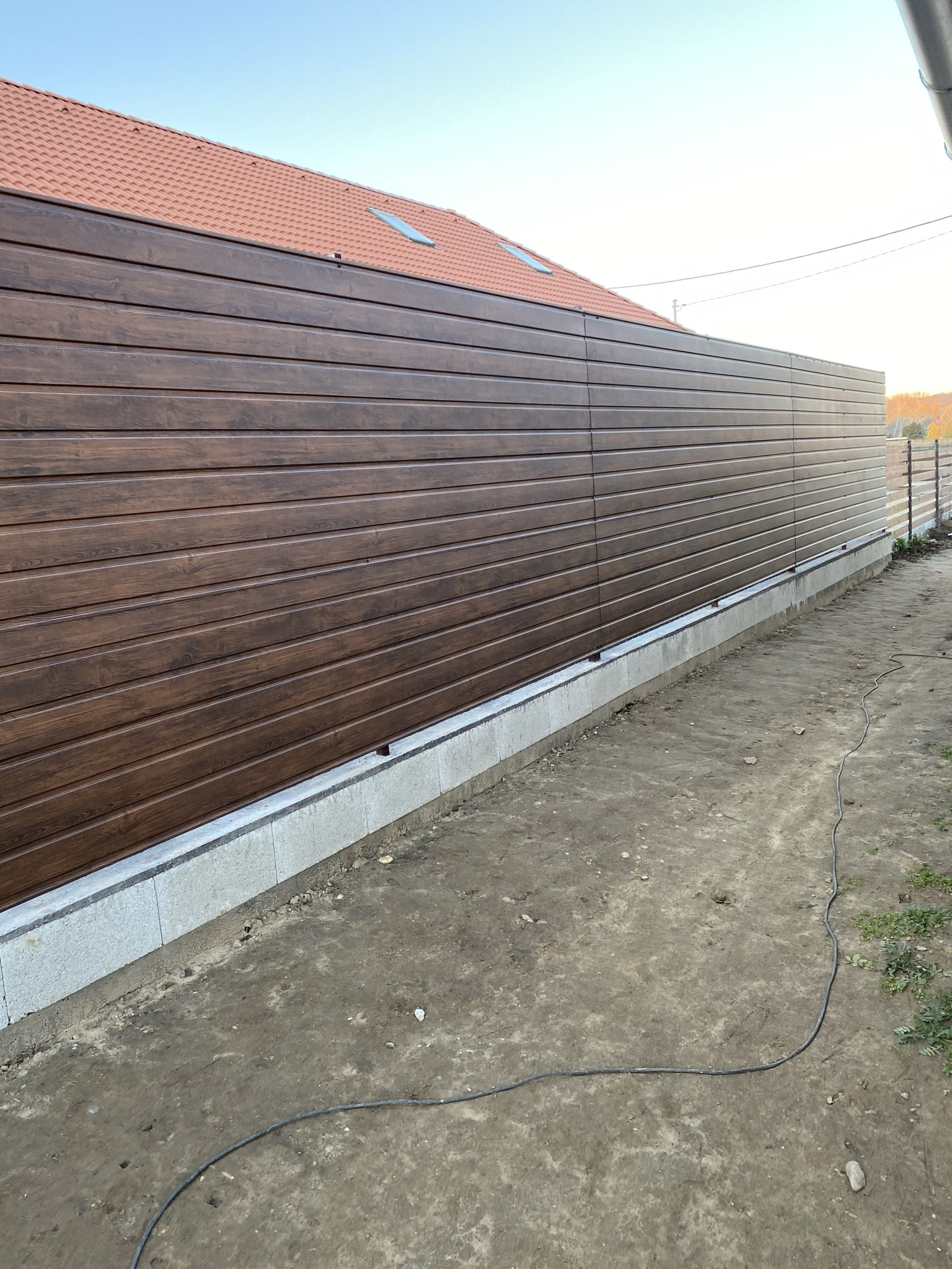 Kistarcsa trapézlemezes kerítés építés vízszintes felrakással